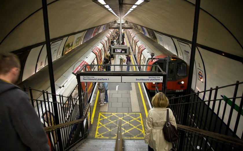 Steps leading to 2 adjacent London Underground platforms. The sign above the steps indicates that the left platform is Northern line northbound, and the right is for Northern Line southbound.
