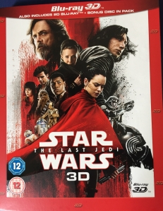 Blu-ray cover for Star Wars - The Last Jedi, showing the various cast members together.